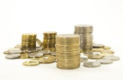 Argent, pile de pièces de monnaie sur le fond blanc Concept d'argent d'économie Affaires croissantes Confiance à l'avenir Photographie stock libre de droits