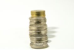 Argent, pile de pièces de monnaie sur le fond blanc Concept d'argent d'économie Affaires croissantes Confiance à l'avenir Photos libres de droits