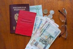 Argent, points et certificat de pension sur une surface-traduction en bois dans le Russe : certificat du ` s de retraité Image libre de droits