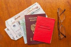 Argent, points et certificat de pension sur une surface-traduction en bois dans le Russe : certificat du ` s de retraité Images stock
