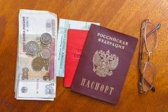 Argent, points et certificat de pension sur une surface-traduction en bois dans le Russe : certificat du ` s de retraité Photographie stock libre de droits