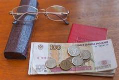 Argent, points et certificat de pension sur une surface-traduction en bois dans le Russe : certificat du ` s de retraité Images libres de droits