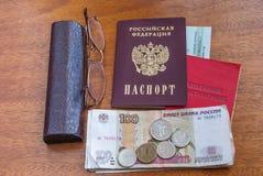 Argent, points et certificat de pension sur une surface-traduction en bois dans le Russe : certificat du ` s de retraité Photographie stock