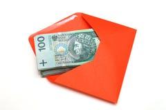 Argent polonais dans l'enveloppe rouge Photographie stock