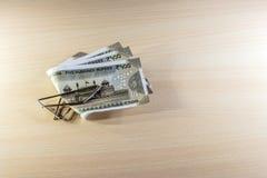 Argent, 500 roupies de notes sur la table en bois Image libre de droits