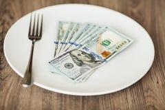 Argent se trouvant du plat avec la fourchette Dollars de photo Concept avide de corruption Idée de paiement illicite image stock
