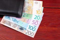 Argent serbe dans le portefeuille noir Photo stock