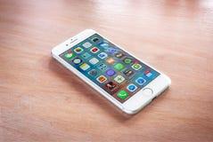 Argent tout neuf de l'iPhone 7 avec l'écran d'accueil photographie stock libre de droits