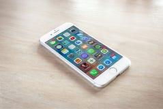 Argent tout neuf de l'iPhone 7 avec l'écran d'accueil image libre de droits