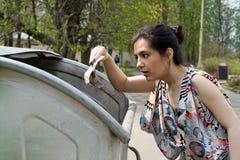 Argent trouvé par fille image libre de droits