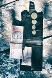 Argent ukrainien dans le portefeuille sur le fond noir Photos stock
