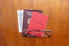 Argent, verres et certificat de pension sur une surface en bois - traduction russe : fonds de pension russe certificat du ` s de  Image libre de droits