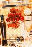 Argenteria con le spezie, i pomodori ciliegia ed i cancri fotografia stock libera da diritti