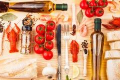 Argenteria con le spezie, i pomodori ciliegia ed i cancri fotografie stock libere da diritti