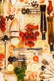 Argenteria con le spezie, i pomodori ciliegia ed i cancri immagine stock libera da diritti