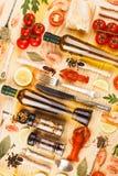 Argenteria con le spezie, i pomodori ciliegia ed i cancri immagini stock