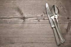 Argenteria con un Empty tag su una tavola Immagine Stock