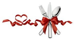 Argenteria nel isolat rosso di orizzontale di forma del cuore del nastro del biglietto di S. Valentino immagini stock