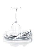 Argenteria o vetro dell'insieme e di vino delle posate sopra i piatti Immagine Stock Libera da Diritti