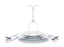 Argenteria o vetro dell'insieme e di vino delle posate sopra i piatti Immagini Stock Libere da Diritti
