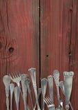 Argenteria su tavola-verticale di legno rosso Fotografia Stock Libera da Diritti