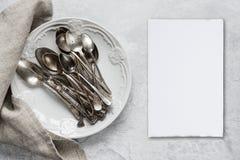 Argenteria su un piatto ceramico Fotografie Stock Libere da Diritti