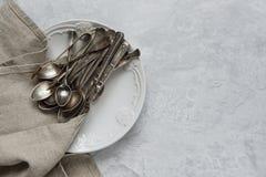 Argenteria su un piatto ceramico Fotografia Stock