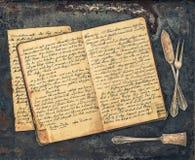 Argenterie antique et livre manuscrit de recette de vintage images stock