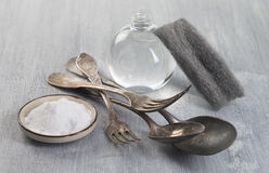 Argenterie de vintage de nettoyage avec du bicarbonate image libre de droits