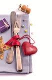 Argenterie et décoration rouge de coeur sur la serviette grise Images libres de droits