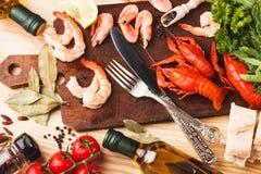 Argenterie sur le conseil avec des épices, des tomates-cerises et des cancers photo libre de droits