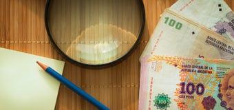 Argentijns geld, peso's op de lijst met een witte, lege kaart en een potlood royalty-vrije stock afbeelding