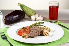 Argentijnse besnoeiing van vlees gebaad in traditionele die saus met ve wordt gediend Royalty-vrije Stock Foto's