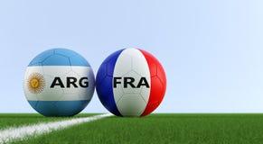 Argentina contra Fósforo de futebol de França - bolas de futebol em cores nacionais de Argentinas e de França em um campo de fute Imagem de Stock