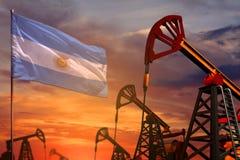 Argentina oljeindustribegrepp Industriell illustration - Argentina flagga- och oljabrunnar med den röda och blåa solnedgången ell stock illustrationer