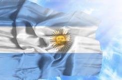 Argentina vinkande flagga mot bl? himmel med solstr?lar vektor illustrationer
