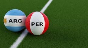 Argentinië versus Peru Soccer Match - Voetbalballen in de nationale kleuren van Argentinas en van Perus op een voetbalgebied Stock Foto's