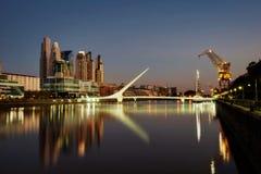 Argentinien, Buenos Aires, Puente de la Mujer Genommen während des Sonnenuntergangs stockfotografie