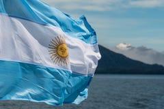 Argentinien-Flagge mit Bergen im Hintergrund Stockfoto