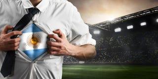 Argentinien-Fußball- oder -fußballanhänger, der Flagge zeigt lizenzfreie stockfotografie