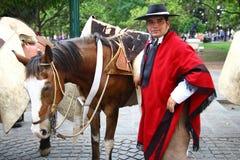 Argentinien-Mitfahrer im roten Umhang Stockfoto