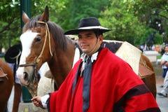 Argentinien-Mitfahrer im roten Umhang Stockfotos