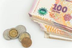 Argentinisches Geld/Peso auf dem weißen Hintergrund Stockfoto