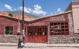 Argentinsk kvinna som väntar på ett vandrarhem i Purmamarca Fotografering för Bildbyråer