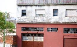 Argentinska gamla arbetsbyggnader i fattig sida av den Buenos Aires staden royaltyfria bilder