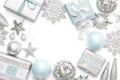 Argento e regali di natale, ornamenti pastelli e decorazioni blu isolati su fondo bianco Bordo di natale fotografia stock libera da diritti