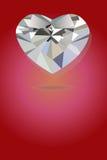 Argento luminoso del cuore geometrico nel fondo rosso Fotografia Stock