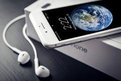 Argento più di iPhone 8 di Apple Immagini Stock Libere da Diritti