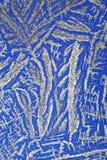 Argento sul reticolo di cristallo blu fotografie stock
