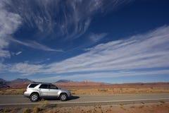 Argento SUV che guida nell'Utah. Immagini Stock
